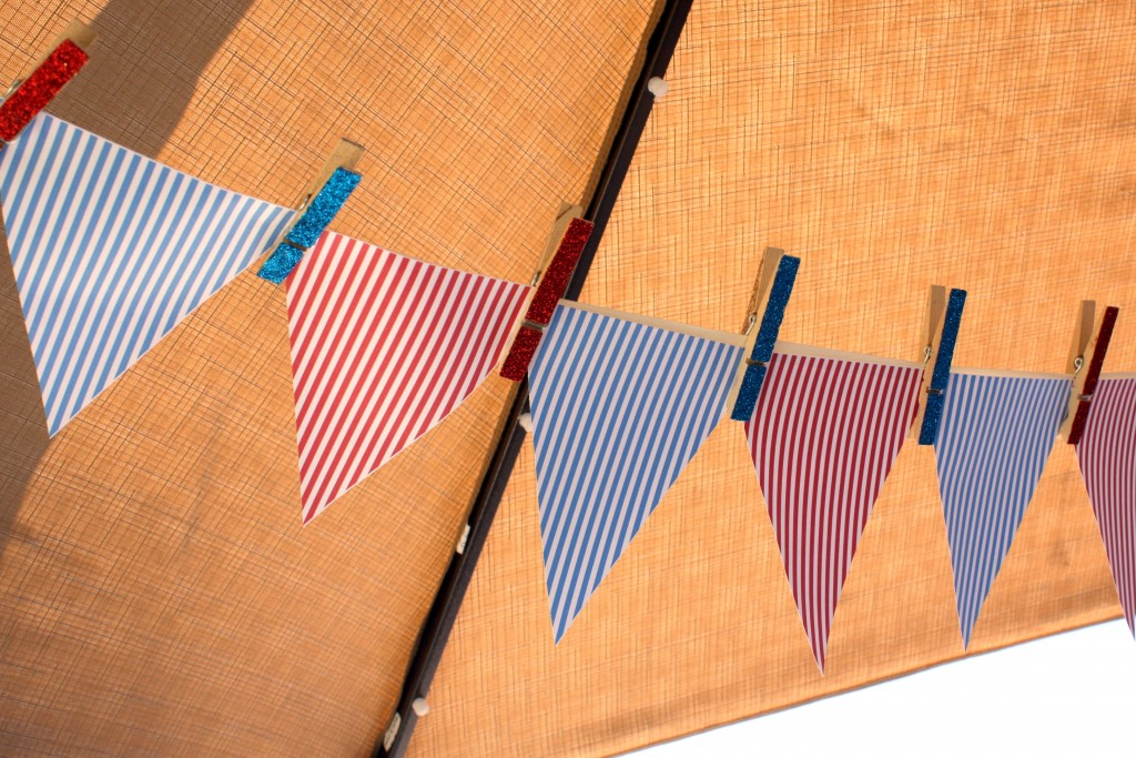 4th of July DIY Banner FREE Printables and glittered clothespins