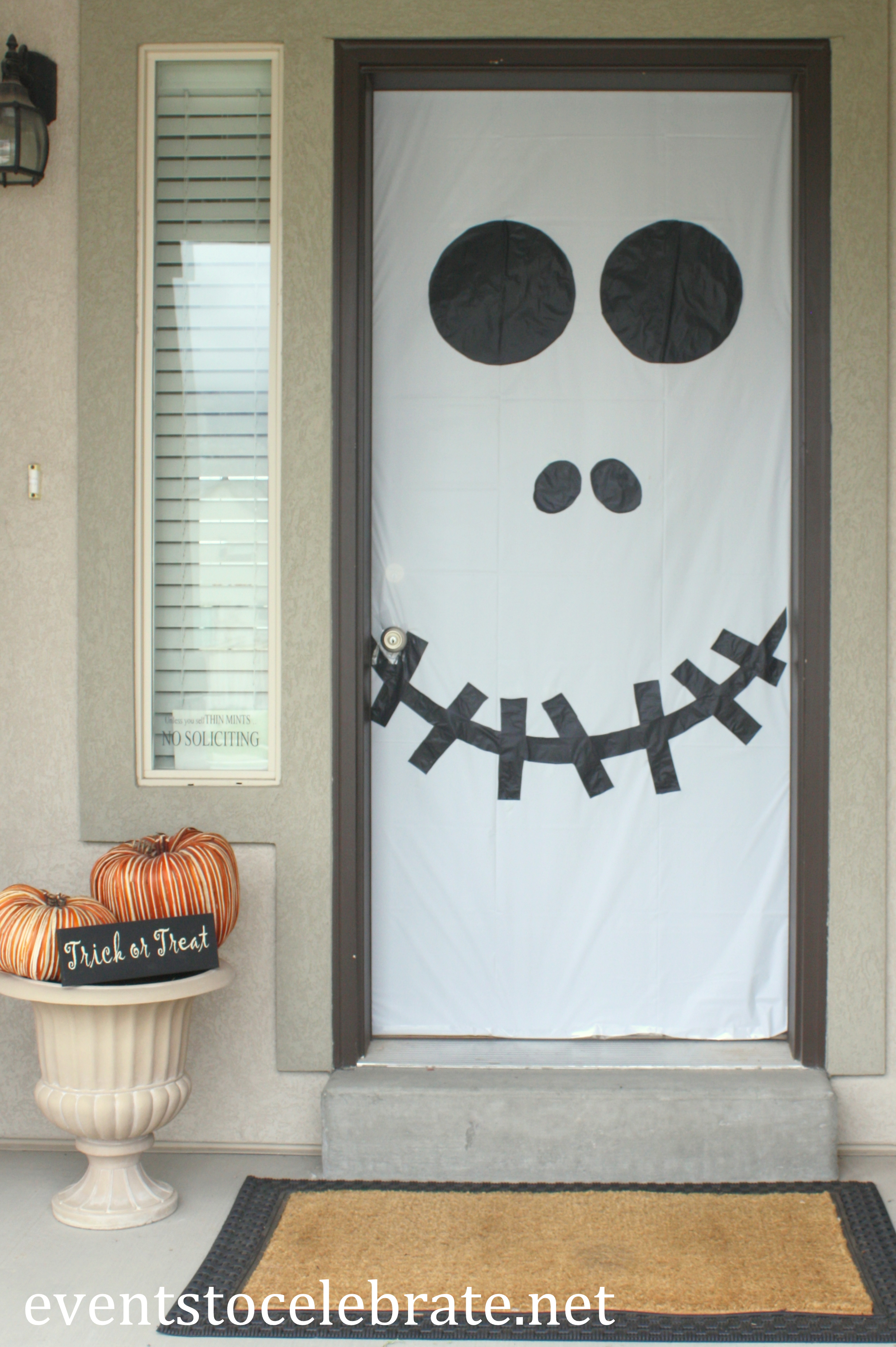 Halloween door window decorations events to celebrate for Picaportes para puertas