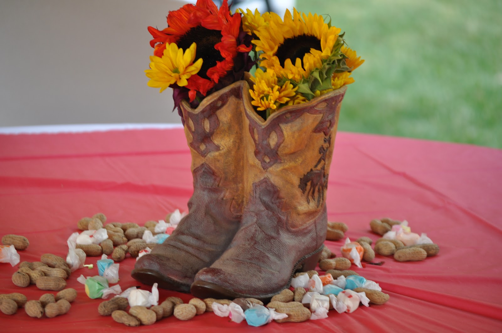 cowboy birthday party centerpiece - Western Party Decorations
